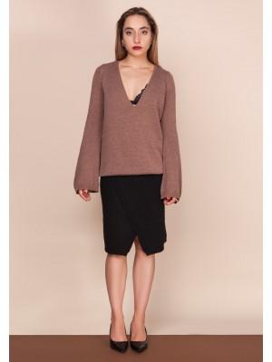 karmelowy sweter z głębokim dekoltem